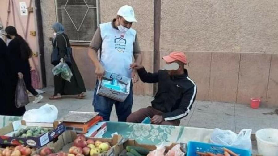 """""""البيجيدي يوزع كمامات على المواطنين في الشارع بدون ترخيص و السلطات تتدخل"""""""