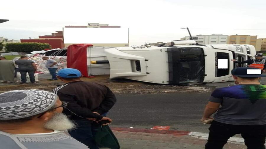 طنجة..حادث انقلاب شاحنة من الحجم الكبير