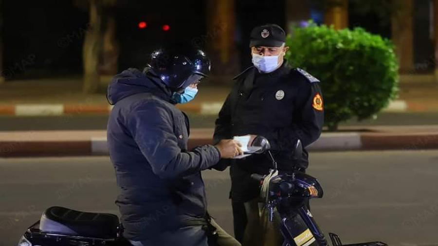 """الدارالبيضاء..""""احتا تكون انت درية ونخليك تدوز""""جواب احد رجال الأمن على احد راكبي الدرجات النارية باحد السدود الأمنية"""