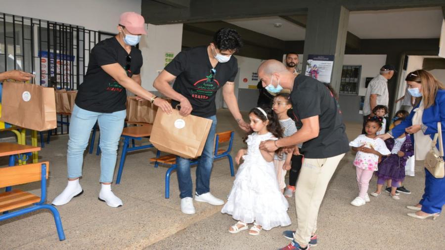 البطل العالمي ابوزعيثر يوزع ملابس ومعدات مدرسية في نشاط خيري متميز لجمعية الاخوة زعيتر بالرباط .