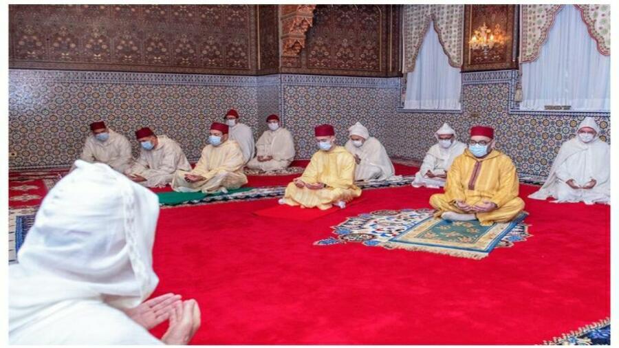 الملك محمد السادس نصره الله وايده يؤدي صلاة عيد الفطر .