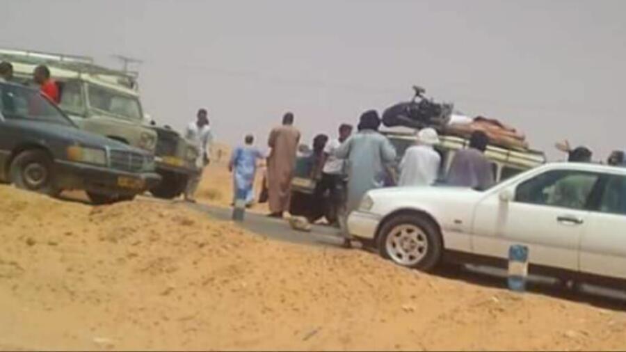 احتجاجا على الإجراءات العنصرية التي اتخذتها السلطات الجزائرية شباب قاموا بقطع الطريق الرابط بين تندوف وولاية العيون