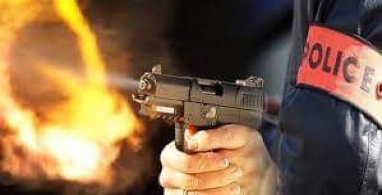 سلا .. مقدم شرطة يضطر لاستخدام سلاحه الوظيفي لتوقيف شخص عرض أمن المواطنين وسلامة عناصر الشرطة لتهديد جدي (بلاغ)
