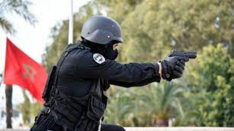 فاس..موظف شرطة يعمل بالوحدة المتنقلة لشرطة النجدة يظطر لإشهار سلاحه الوظيفي دون اللجوء لاستعماله، وذلك في تدخل أمني لتوقيف شخص